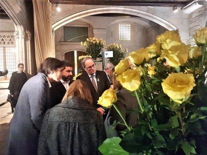 Quim Torra visita las paradas de entidades en la Generalitat, con rosas amarillas