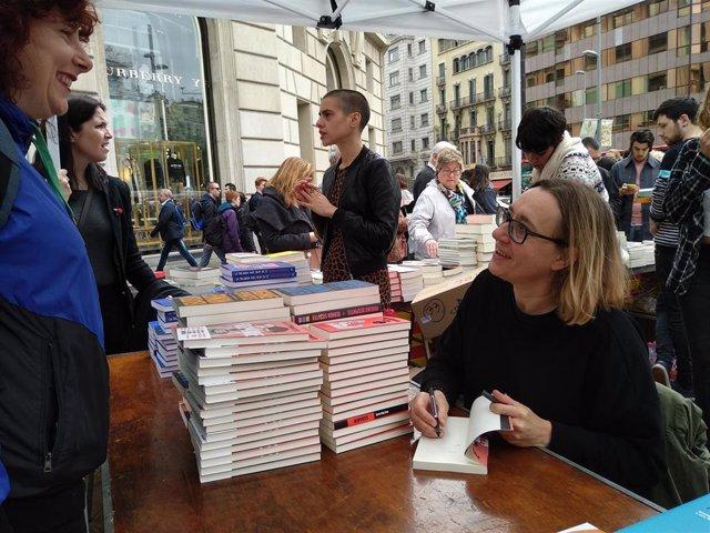 """Sant Jordi.- Virginie Despentes: """"En Francia tenemos amor por el libro pero no una fiesta como ésta"""""""
