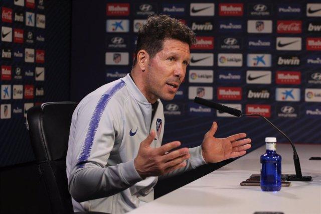 """Simeone: """"A los que ven menos fútbol les sorprenden las eliminaciones del Real Madrid y PSG"""""""