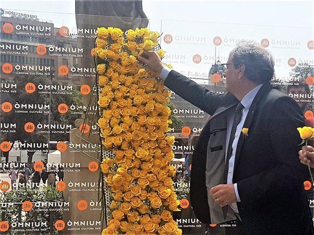 Sant Jordi.- Torra coloca una rosa amarilla en el Mural per la Llibertat de Òmnium