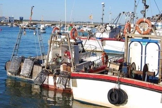 El temporal de viento obliga a la mayoría de la flota pesquera de Huelva a permanecer amarrada a puerto