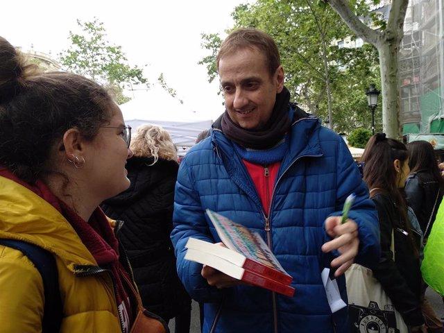 """Sant Jordi.- Albert Espinosa vive """"como un sueño"""" firmar un libro que sucede en la Diada"""