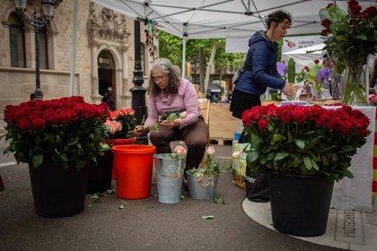 Rosas y libros ponen color a un Sant Jordi gris y lluvioso en Barcelona