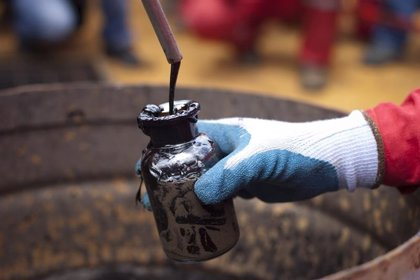 El petróleo se asoma a los 75 dólares por el bloqueo de EEUU a Irán y el malestar de China
