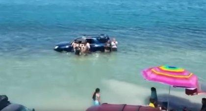La marea arrasa con coches, motos y sombrillas en una playa de Sonora, México