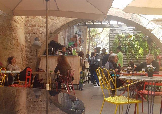 El projecte social Mescladís anirà als tribunals per mantenir la seva terrassa a Ciutat Vella