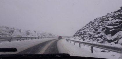 La nieve sorprende a los conductores en el Huerna