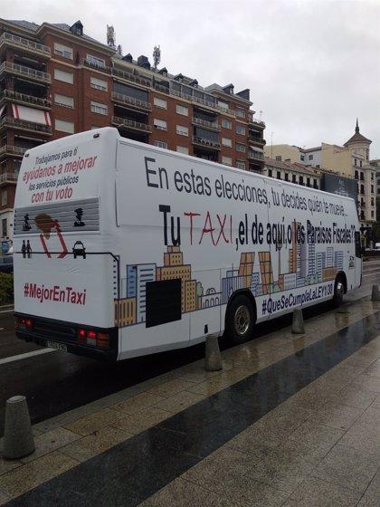 Taxistas fletan un bus vinilado para pedir el voto a los partidos que defienden al sector