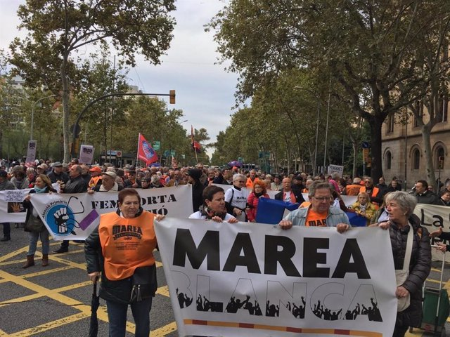 Manifestación en Barcelona de Marea Blanca y Marea Pensionista de Catalunya