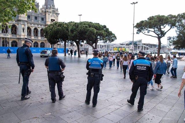 Despliegan un operativo policial estable contra el 'top manta' en Portal de la Pau de Barcelona