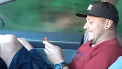 La cruel broma que le hace un brasileño a su amigo por no abrocharse el cinturón de seguridad en el coche