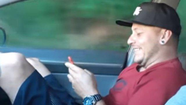 La cruel broma que le hace un brasileño a su amigo por no usar el cinturón de seguridad en el coche