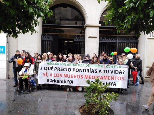 La Asociación Andaluza de Fibrosis Quística se concentra en el SAS para pedir apoyo a la financiación de nuevos fármacos