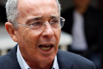 """Uribe califica a Petro de """"sicario"""" durante el debate de la JEP en el Senado colombiano"""