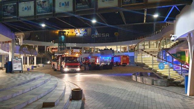 Los Bomberos extinguen un incendio en el centro comercial Som Multiespai de Barcelona