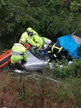 Cádiz.-Sucesos.- Bomberos rescata a una persona en Jimena tras caer su coche por un terraplén de cinco metros