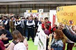 La plataforma 'Desmilitaritzem l'Educació' protesta per la presència de l'Exèrcit a la Fira de la FP de Lleida (ACN)