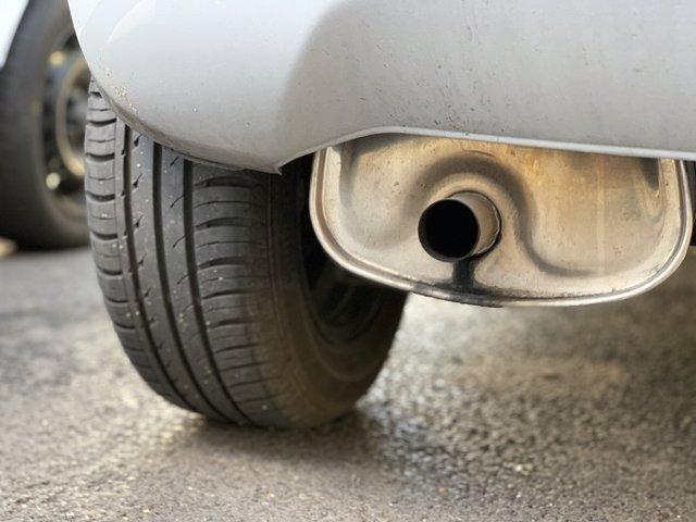 La UE adopta la norma que fixa l'objectiu de reduir un 37,5% les emissions de cotxes en 2030