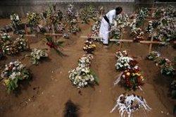 Sri Lanka rebaixa a prop d'un centenar el nombre de morts en els atemptats del diumenge (REUTERS / ATHIT PERAWONGMETHA)