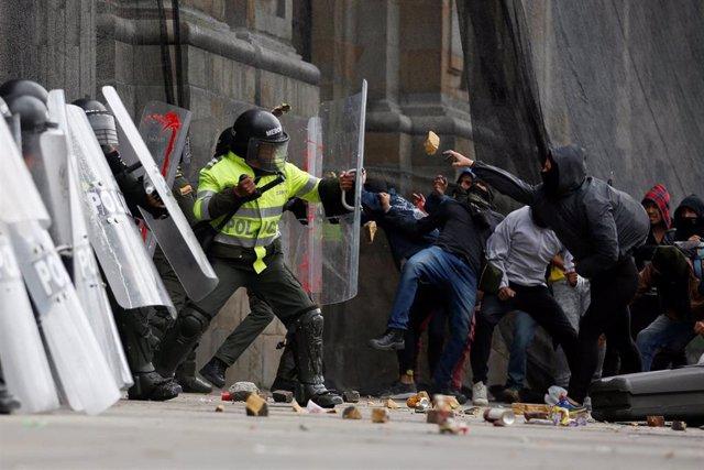 Colombia.- Enfrentamientos entre la Policía y manifestantes en Bogotá en medio del paro nacional contra el Gobierno