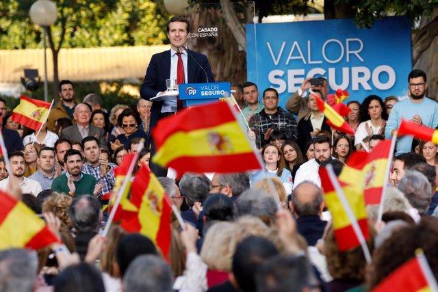 El presidente del PP, Pablo Casado, clausura un mitin de partido en Murcia junto a Teodoro García Egea, Fernando López Miras y José Ballesta