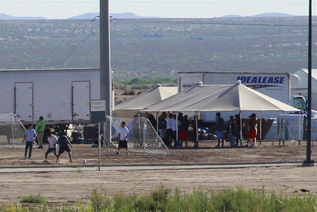 Niños migrantes en un centro de la Guardia de Fronteras de EEUU cerca de México