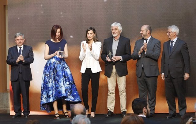 Los escritores Beatriz Osés y Andrés Guerrero reciben el Premio SM de literatura en manos de la reina Letizia
