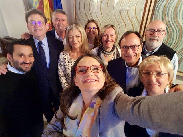 El Govern del Botànic celebra con un 'selfie' su último pleno de la legislatura