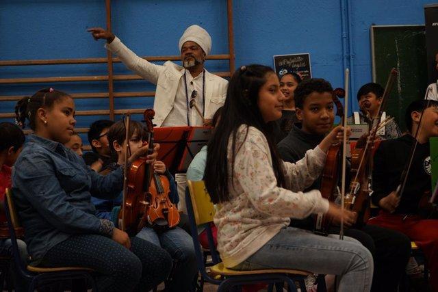 """Carlinhos Brown reivindica el poder de """"cohesión"""" de la música bailando en un multirracial colegio madrileño"""