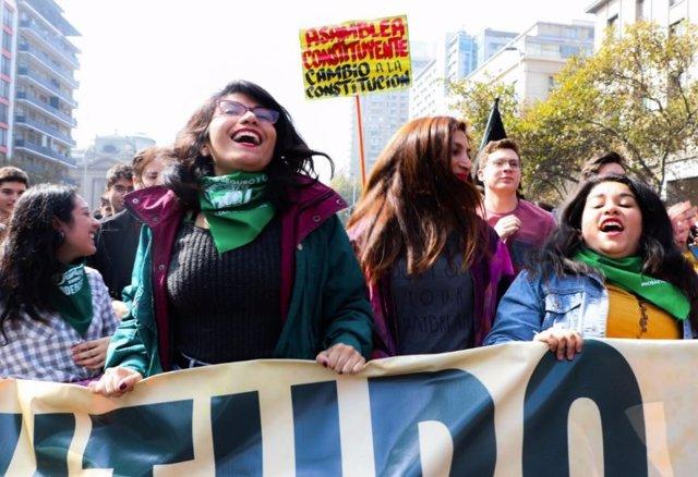 Miles de estudiantes chilenos se movilizan contra el endeudamiento estudiantil
