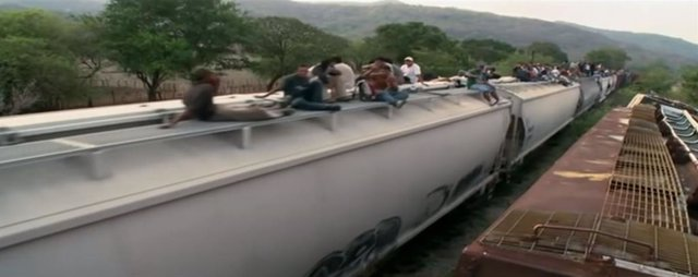 "Unos 400 migrantes centroamericanos se suben a ""La bestia"" en Arriaga, México"
