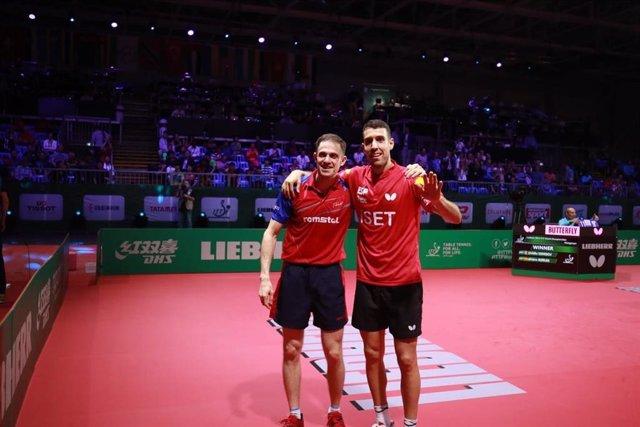 El español Álvaro Robles y el rumano Ovidiu Ionescu, en el Mundial de tenis de mesa.