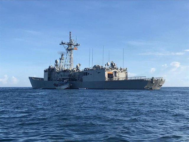 La fragata española 'Navarra' entrega a Seychelles a cinco piratas acusados de secuestrar un pesquero y atacar 2 barcos