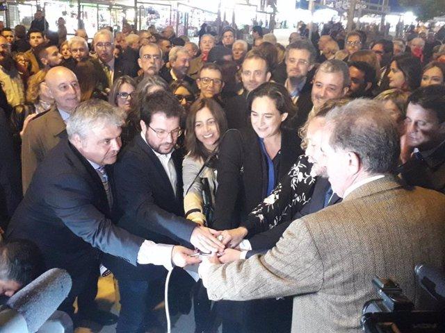 Colau, Aragonès y Batet inauguran la Feria de Abril de Catalunya con el encendido del Pórtico