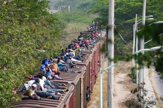 México.- Cientos de migrantes abordan 'La Bestia' en el sur de México para intentar llegar a EEUU