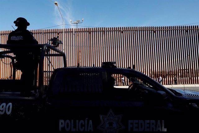 EEUU/México.- EEUU desplegará un centenar de agentes en la frontera con México para acelerar los tiempos de cruce