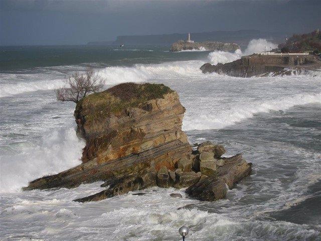El riesgo por fuerte oleaje afectará hoy a las siete provincias de la costa norte y noroeste y vuelve la estabilidad