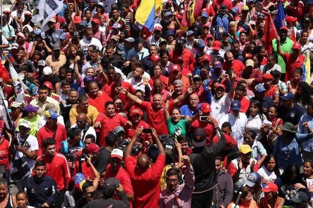 """Miles de 'chavistas' celebran en Caracas la """"victoria"""" ante la """"guerra eléctrica"""""""