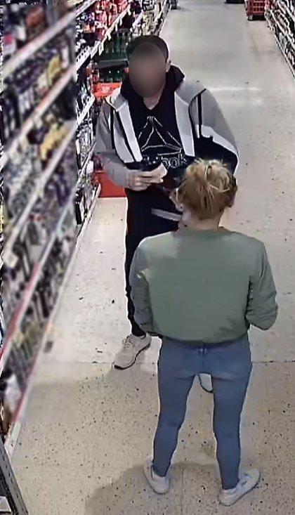 Detinguts dos homes i una dona per robar botelles d'alcohol en supermercats