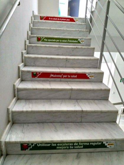 Centros sanitarios y educativos de Extremadura incorporan pegatinas en sus escaleras para promover su uso