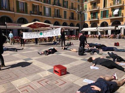Cerca de 40 personas participan en Palma en la performance 'Morint' para concienciar sobre el cambio climático