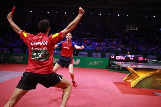 El español Álvaro Robles y el rumano Ovidiu Ionescu, en el Campeonato del Mundo de tenis de mesa.