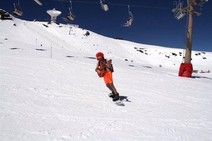 Más de 500 esquiadores participan en la bajada en bañador de Sierra Nevada, en Granada