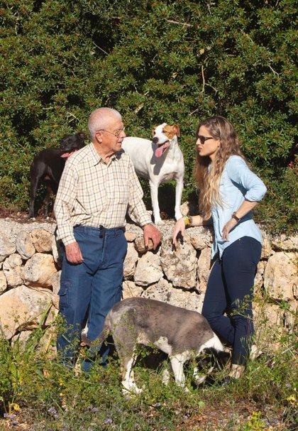 Contestí dedica la jornada de reflexión a pasear por el campo con sus mascotas y su padre