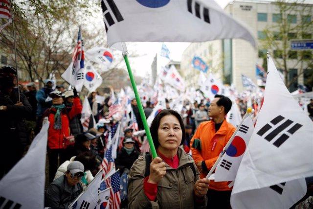 Corea del S.- La oposición surcoreana sale a la calle para denunciar las reformas legislativas exprés del Gobierno