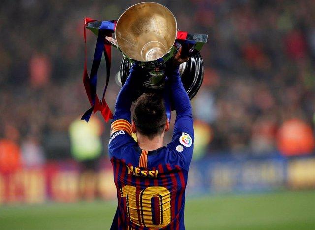 Fútbol.- Messi levanta al cielo el trofeo de Liga entregado por Rubiales y abre una esperada fiesta