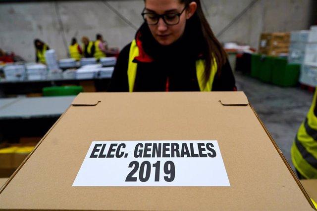 Preparación de urnas y papeletas para el 28A
