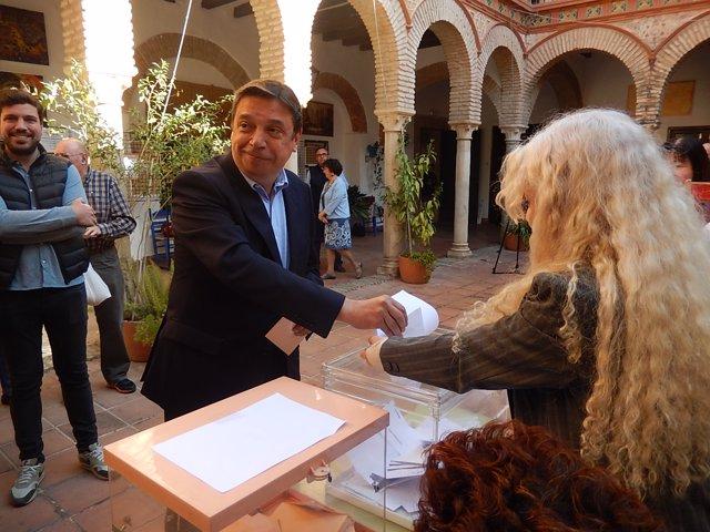 Luis Planas vota en Córdoba