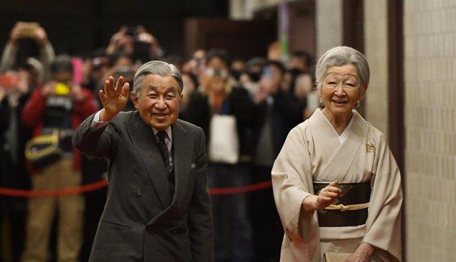Japón.- El emperador Akihito visita la tumba de su padre una semana antes de su abdicación
