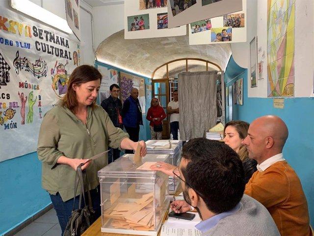 """28A.- Armengol Vota En El Centro De Palma Y Pide La """"Movilización Máxima"""""""
